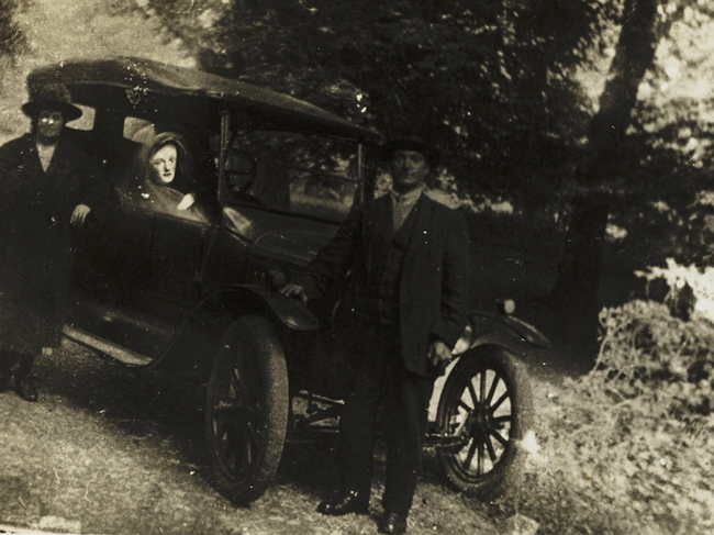 Couple_with_a_spirit_in_their_car_(8702358128)