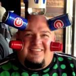 """""""Magnetický muž"""" přitahuje plechovky od piva"""