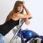 Řidiči jsou zmatení z motocyklistů, kteří jezdí při zkouškách sami