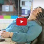 Skrytá kamera: Masážní křeslo s černýma tlapama